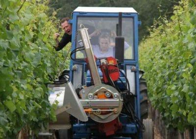 Wijnbouwer Karel Henckens leert actrice Karlijn Sileghem met tractor rijden